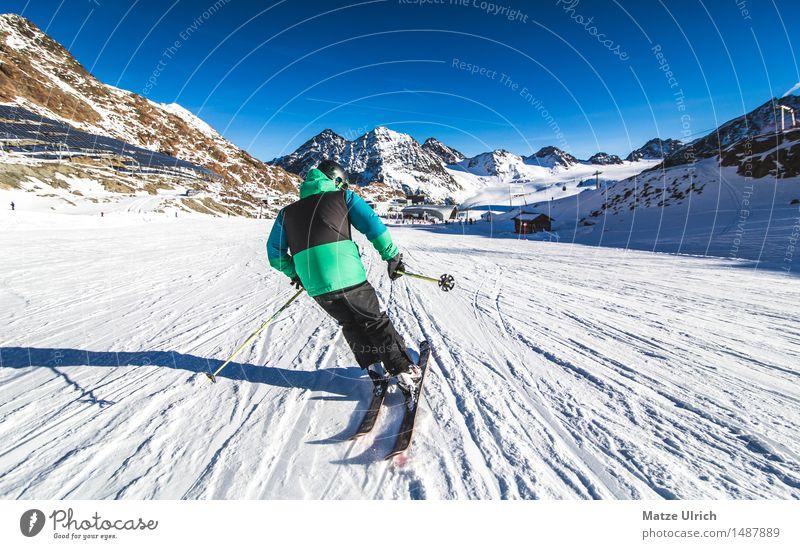 Skifahrer 2 Sport Wintersport Sportler Skifahren Skier Skipiste maskulin Junger Mann Jugendliche 1 Mensch Umwelt Natur Himmel Schönes Wetter Hügel Felsen Alpen