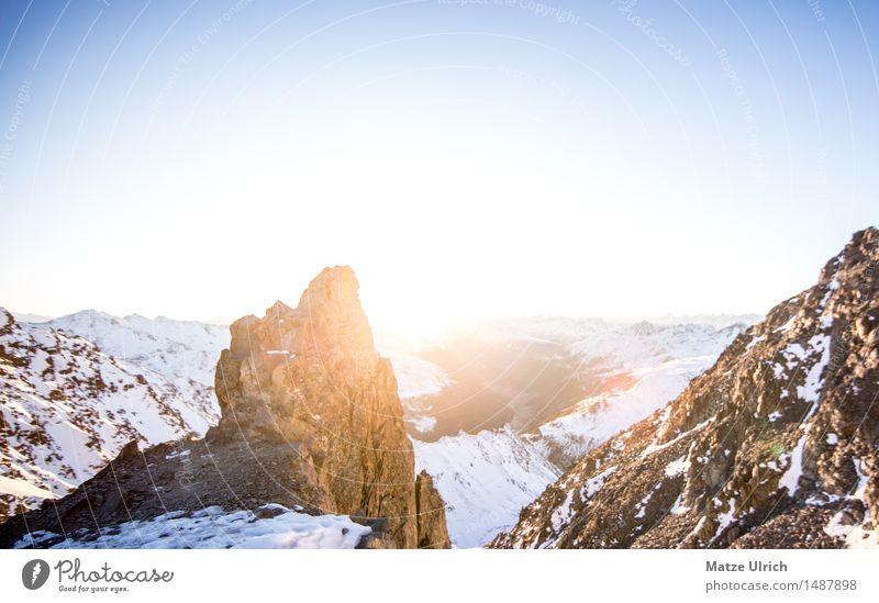 Fels im Sonnenlicht Himmel Wolkenloser Himmel Horizont Sonnenaufgang Sonnenuntergang Winter Schnee Hügel Felsen Alpen Berge u. Gebirge Gipfel