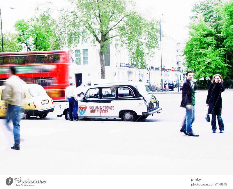 An einem Sonntag im Mai London Taxi Fußgänger Baum gehen Spaziergang Großbritannien Europa Bus laufen ein Augenblick