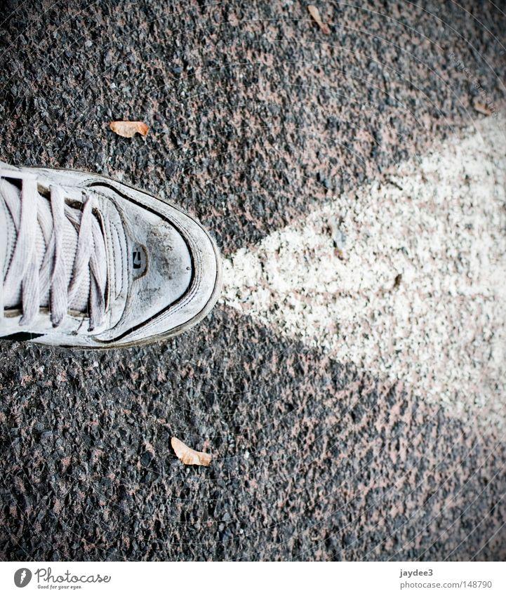 Sprühdose. Schuhe sprühen Teer Straße Parkhaus Parkplatz Schilder & Markierungen Pfeil Schwarzweißfoto quer Außenaufnahme Nahaufnahme Verkehrswege