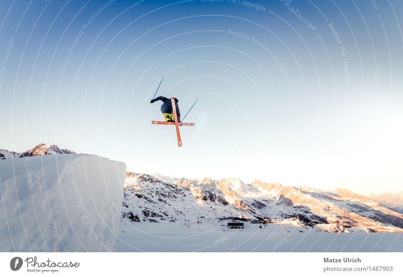 X-Up Winter Schnee Winterurlaub Berge u. Gebirge Sport Wintersport Skifahren Skier Free-Ski Freestyle Halfpipe Funpark Mensch Junger Mann Jugendliche 1 springen