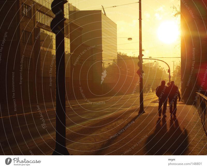 Wintersonne Mensch Stadt Sonne rot Freude schwarz gelb Wärme Straße Glück Stimmung orange maskulin Stadtleben Spaziergang