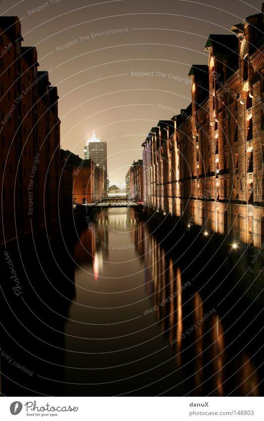 Speicherstadt Alte Speicherstadt Nacht Licht Europa Straßenbeleuchtung Fassade Stein Haus ruhig Gelassenheit Romantik Schifffahrt Handel Außenaufnahme