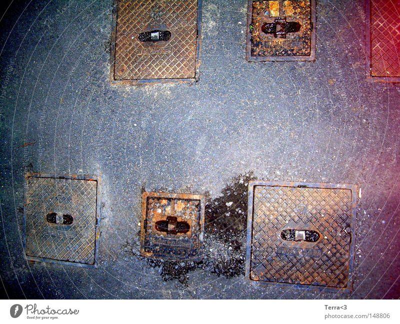 Sechs rot schwarz Straße grau braun Metall dreckig Metallwaren Asphalt Teile u. Stücke trashig Rost Verkehrswege 6 Gully