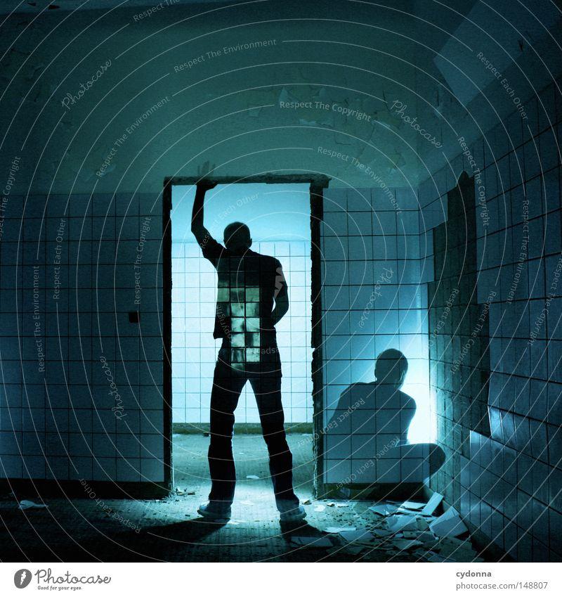 Vorsicht Blitzer! Bad Waschhaus dunkel Langzeitbelichtung Mann Mensch stehen hocken Wegsehen unerkannt Fremder Türrahmen Licht Schatten hell verfallen Gebäude