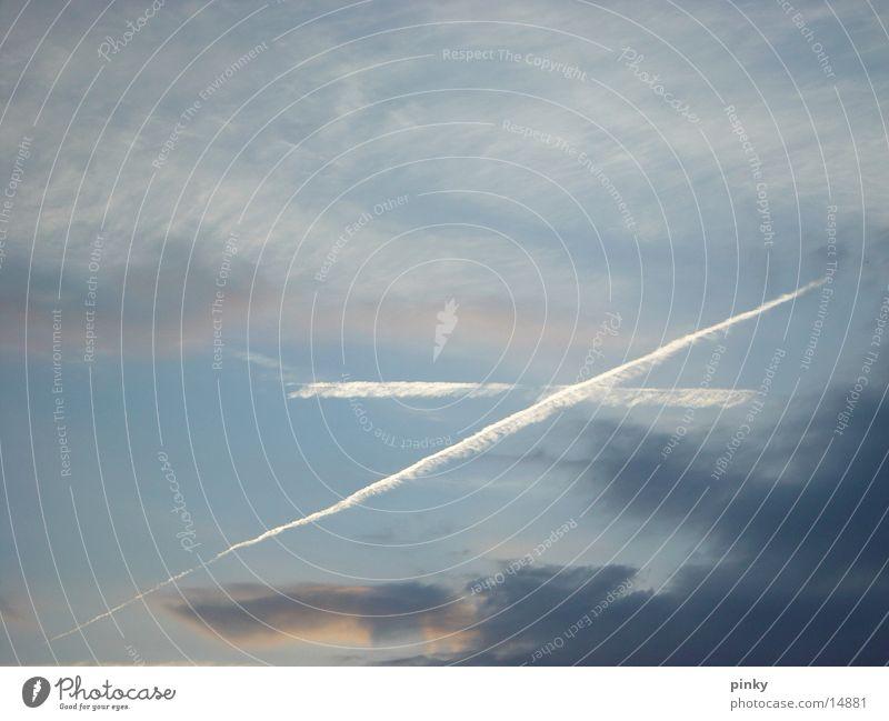 zeichen am himmel Himmel blau Linie Flugzeug Rücken Kondensstreifen
