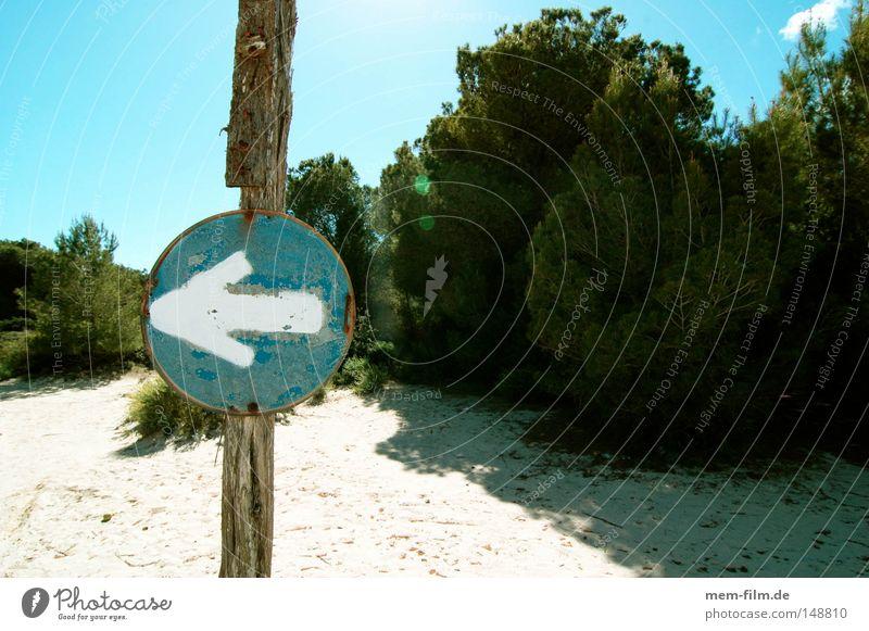 nach links! Pfeil Schilder & Markierungen Strand blau Himmel Hinweisschild Zeichen Warnhinweis rechts Düne Mallorca parken Verkehrsschild abbiegen Warnschild