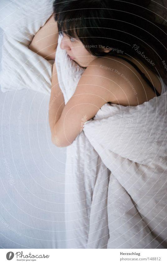 Schatz! Frau weiß ruhig Einsamkeit Denken schlafen Bett Vertrauen Wut Partner Decke Ärger Kissen Ehe Schatz Kopfkissen