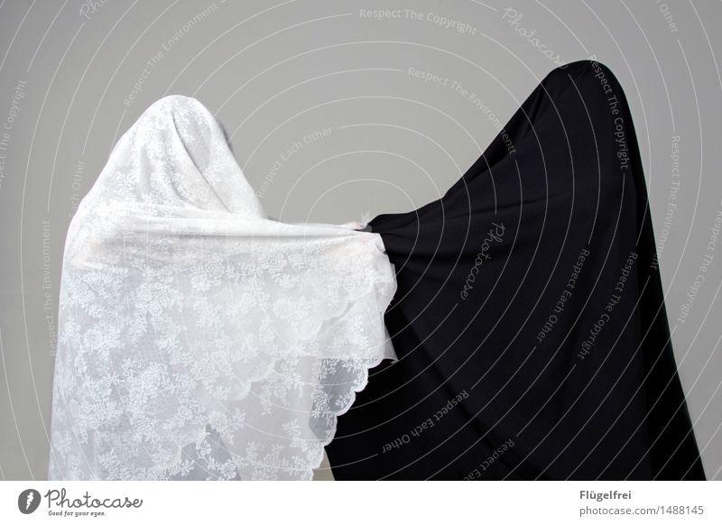 Gut und böse 2 Mensch Tanzen ziehen Konflikt & Streit schwarz weiß Burka Stoff Textilien Spitze verpackt Kontrast Gegenteil geteilt anonym Frieden Krieg