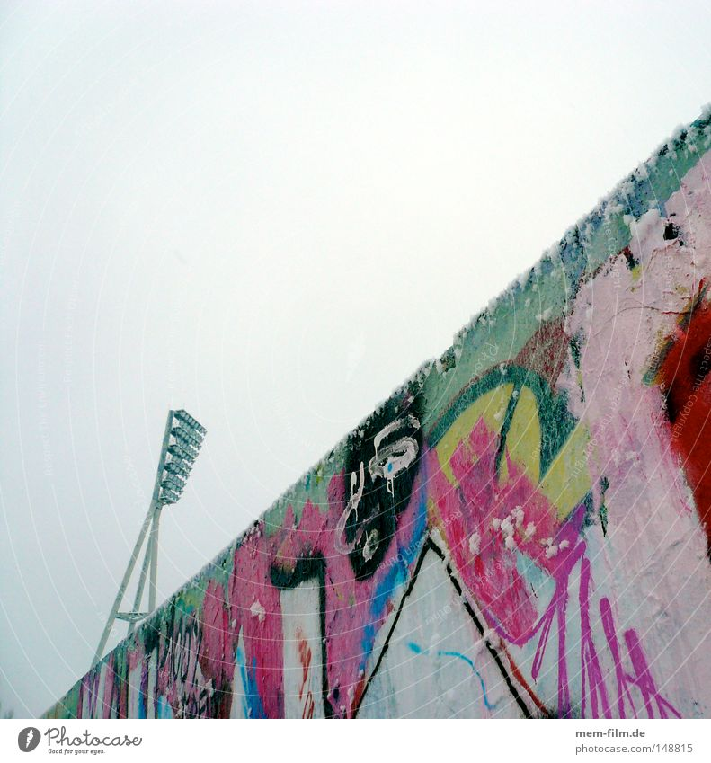 giraffe hinter mauer Berlin Wand Mauer Graffiti Grenze Berlin-Mitte Stadion Giraffe quer Flutlicht Prenzlauer Berg