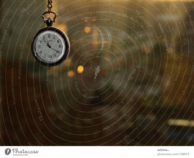 Taschenuhr am Fenster im Regen. Herbstblues Uhr Uhrenzeiger Zeit Fensterscheibe Ziffern & Zahlen Zifferblatt Frist zeitlos Abend Dämmerung