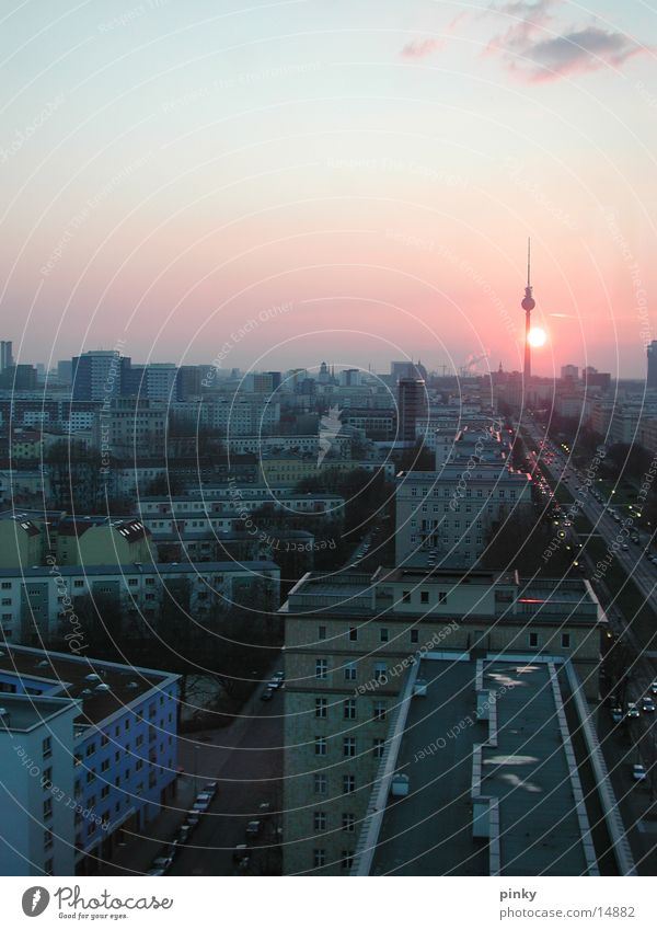 Sonne kitzelt Fernsehturm Frankfurter Tor Verkehr Haus Architektur Himmel oben Berlin Peter Licht Telespargel Straße Hauptstadt Stadt