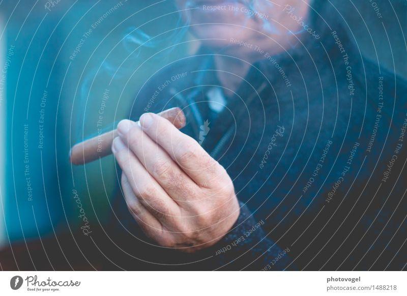 Blauer Dunst Lifestyle Reichtum Rauchen Freizeit & Hobby Mensch maskulin Mann Erwachsene Männlicher Senior Leben Hand Finger 1 60 und älter genießen braun