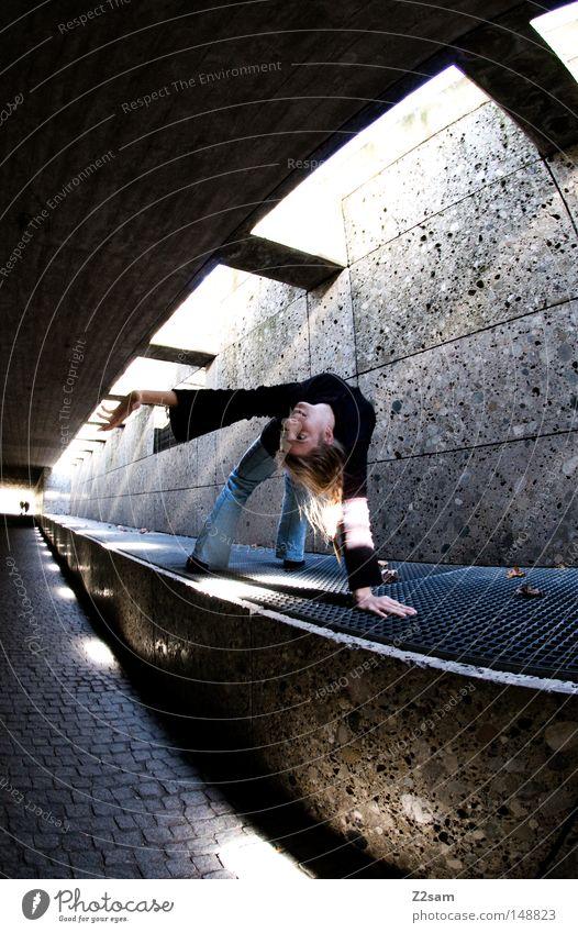 stretch Tunnel Beton Durchgang London Underground Untergrund Licht Schatten dunkel hell Strahlung Frau feminin blond gelenkig Stil Fischauge Gitter Stein Mauer