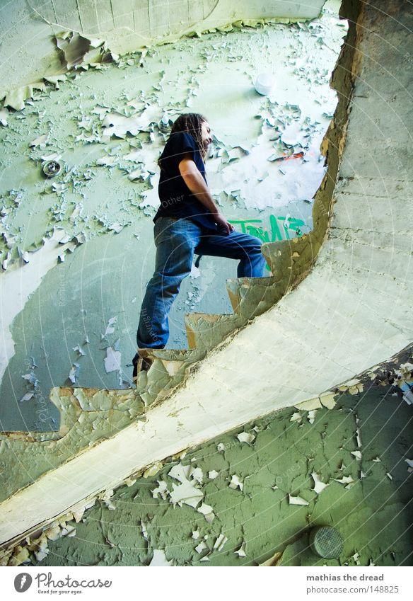 AUFSTEIGEN Treppe aufsteigen Gangway laufen treten drücken Knie anstrengen hoch Niveau Höhe Etage erobern Barriere rund Wölbung wickeln Haut Gebäude Treppenhaus