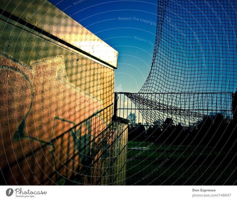 RANDOM schön Himmel blau Graffiti Netz Sportplatz keine Ahnung
