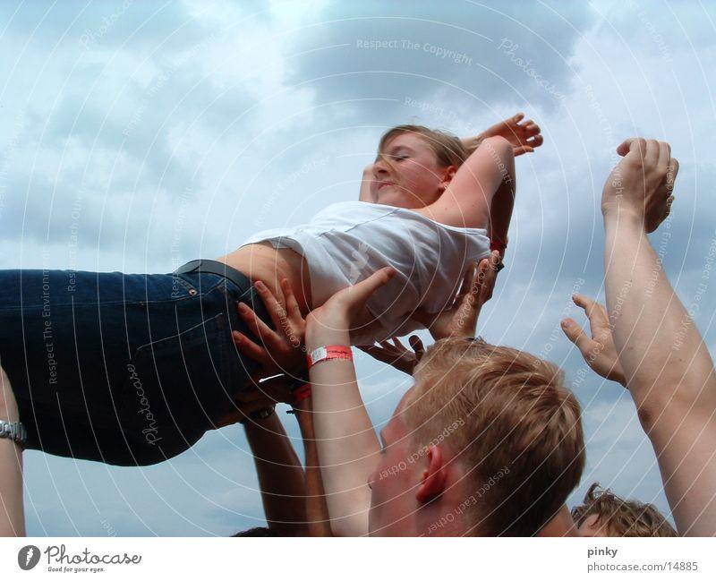 nur fliegen ist schöner Konzert live Menschengruppe stage diving Publikum Musikfestival BERLINOVA