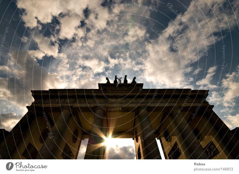 Licht Himmel blau Sonne Ferien & Urlaub & Reisen Wolken Berlin Architektur Mauer Kunst Deutschland Ausflug Tourismus Bauwerk Symbole & Metaphern Tor