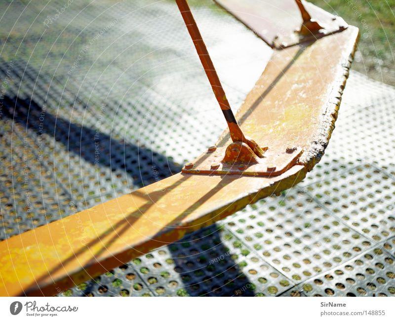 21 [karusell] Freude Spielen Kinderspiel Spielplatz alt authentisch hell Stadt Wärme Karussell krieseln Kreisel kreisen Licht & Schatten Schattenspiel