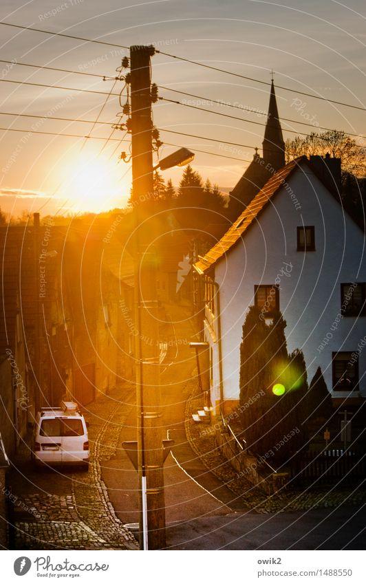 Abendland Straßenbeleuchtung Strommast Kabel Gonna Sachsen-Anhalt Deutschland Harz Dorf bevölkert Haus Kirche Gebäude Kirchturm Fassade Fenster