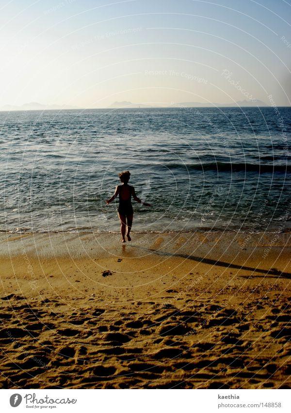vorfreude Frau Natur Wasser Himmel Meer blau Sommer Freude Strand Ferien & Urlaub & Reisen Sand Wellen Küste laufen Horizont