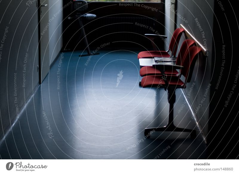 warten... dunkel Gegenlicht trist Angst Schmerz Stuhl Sitzgelegenheit Stuhllehne Tür Bodenbelag rot blau rehabilitatieren unheilbar grauenvoll