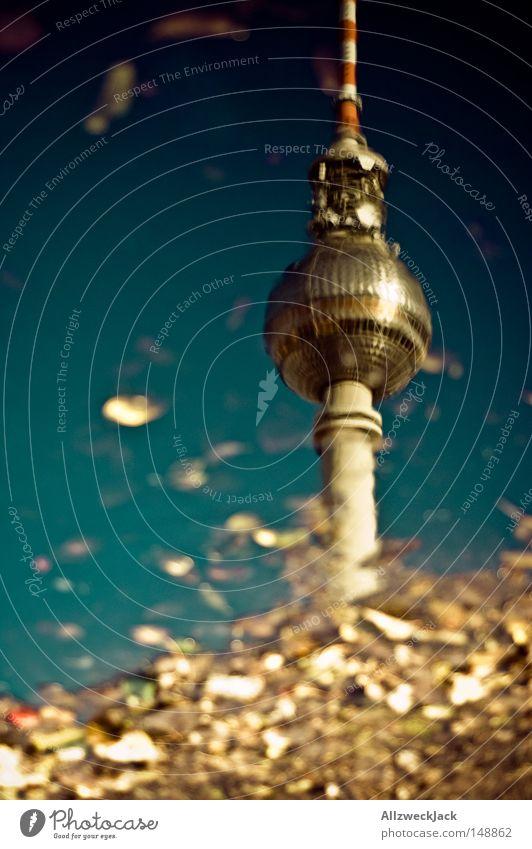 Hauptstadtherbst Berliner Fernsehturm Wasser Wasserversorgung Regenwasser Pfütze nass Reflexion & Spiegelung Antenne Kugel Radio Abwasser Herbst Blatt Himmel