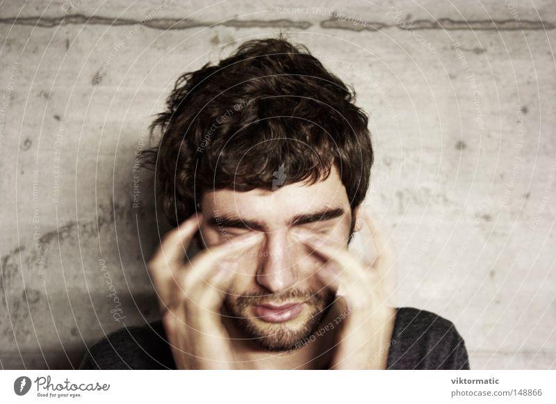 Mensch Mann Gesicht Denken warten Finger Student Konzentration Müdigkeit brünett Langeweile gestikulieren Erschöpfung kurzhaarig Bartstoppel
