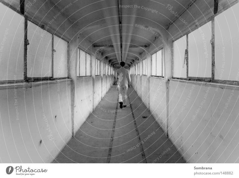 Endlos Gang gehen Symmetrie Fenster leer Unendlichkeit Altbau schwarz weiß grau Einsamkeit Flucht schreiten Mann verloren Wege & Pfade Stahl Beton