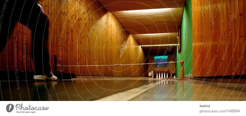 rumkugeln Kegeln Mensch Örtlichkeit Bodenbelag Froschperspektive kegelförmig Kugel umfallen Holz braun grün Beine Schuhe Linie Bowling Sport Sportveranstaltung
