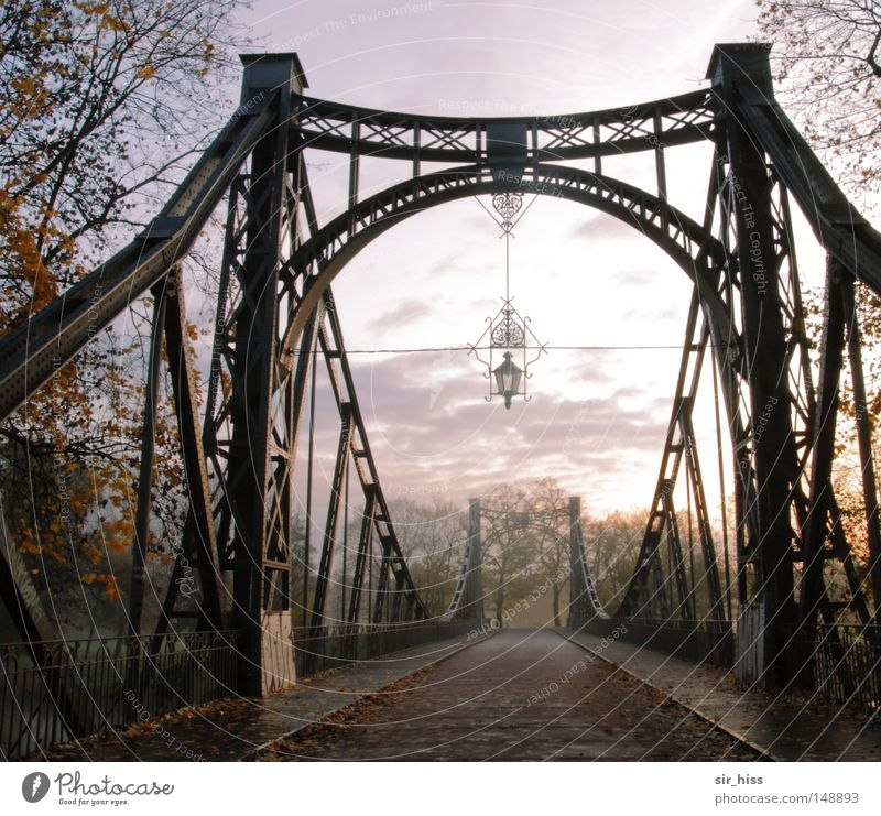 vor dem Übergang alt grün rot gelb Straße Herbst Gefühle Zufriedenheit braun Architektur Nebel Brücke ästhetisch Vergänglichkeit Sehnsucht