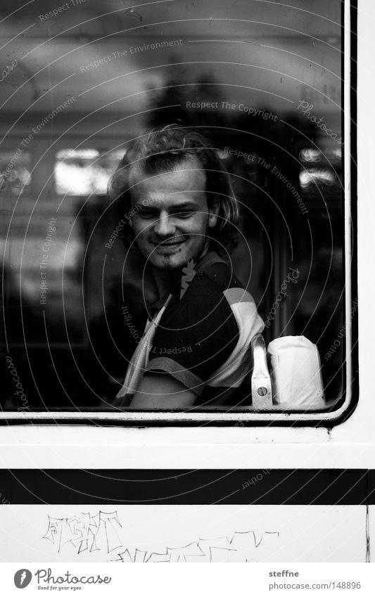 Abschied lachen Mann blick zurück Bus Eisenbahn Trennung