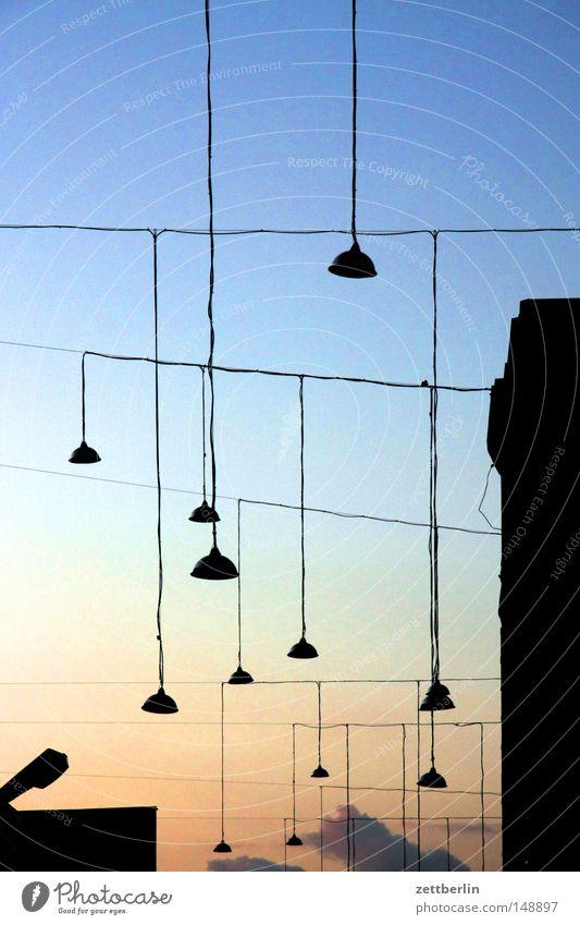Lampen Himmel dunkel Beleuchtung Lampe hell Dinge Elektrizität Kabel Laterne lang Stahlkabel Handwerk Abenddämmerung Vietnam Naher und Mittlerer Osten Erkenntnis
