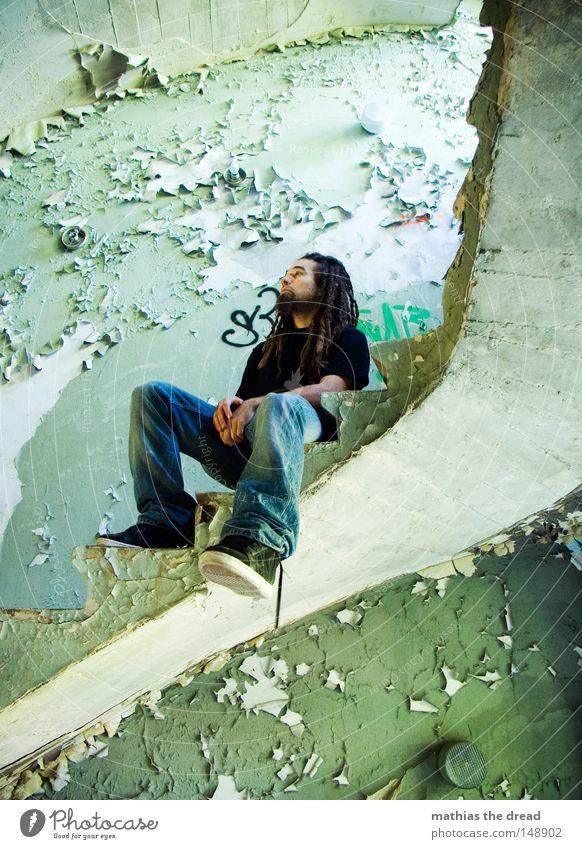AUSRUHEN Mann blau alt grün schön Einsamkeit schwarz ruhig Erholung Fenster Tod Wand Gebäude Beine Fuß Linie