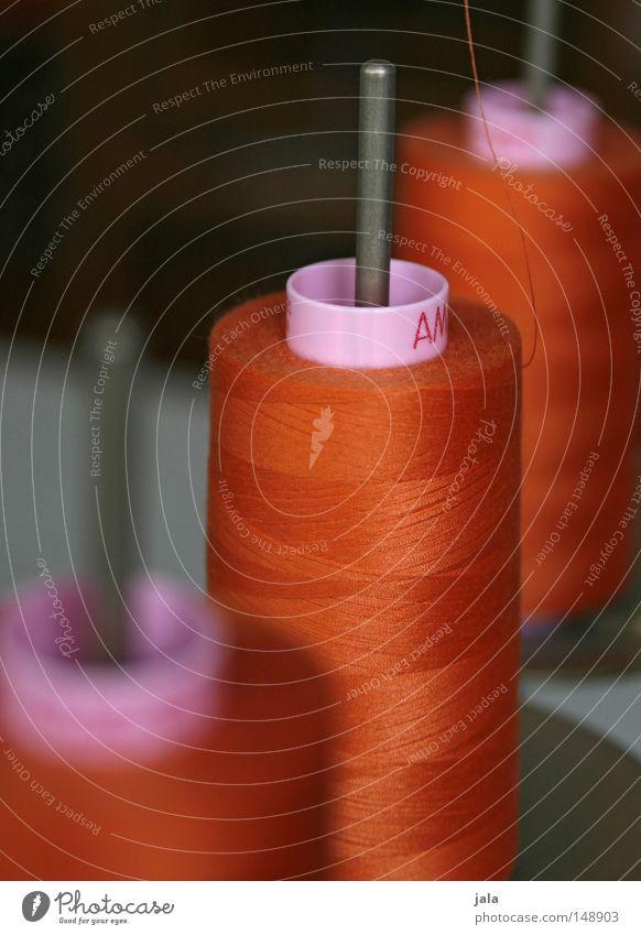teamwork Nähgarn Spule Nähen Rolle Fabrik orange Nähmaschine Schnur Nadel mehrfarbig wickeln umwickelt aufgewickelt Baumwolle abwickeln dünn fein lang Muster