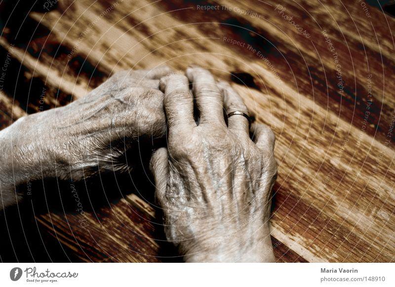 Geschichten des Lebens Frau alt Hand ruhig Einsamkeit Tod Gefühle Senior Wärme Zeit Haut Finger Pause Trauer Vergänglichkeit