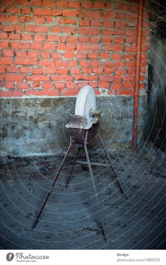 Alter Schleifstein mit Metallgestell Handwerker alte Berufe Schleifmaschine Arbeitsplatz schärfen Werkstatt Mauer Wand authentisch historisch Originalität blau