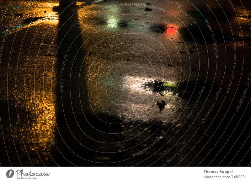 Dunkelbunt Asphalt grau Straße dunkel Farbe Lampe Spiegel Schatten Pfütze nass Regen Außenaufnahme Verkehrswege