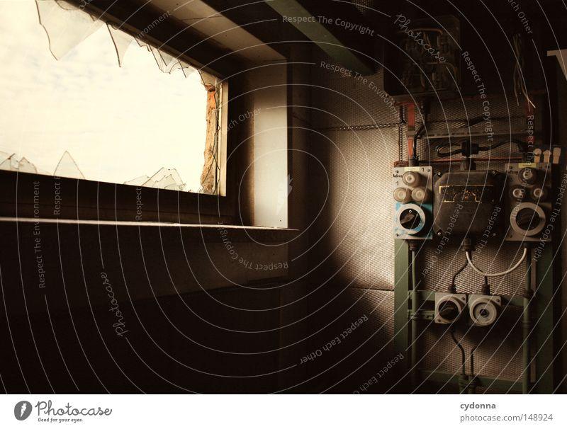 Ausgedient alt Einsamkeit Wand Fenster Gebäude Raum Aktion Technik & Technologie Kabel Spuren Vergänglichkeit geheimnisvoll Zeichen verfallen