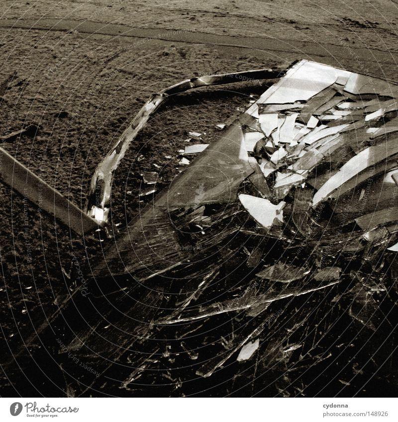 Scherben der Vergangenheit alt Einsamkeit Fenster Gebäude Raum Zeit kaputt Bodenbelag Spuren Vergänglichkeit Wut geheimnisvoll Dinge verfallen gebrochen DDR