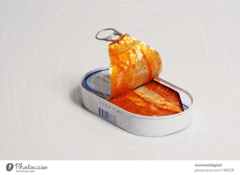 Die Konserve Dose Konservendose lecker Ernährung Geschmackssinn Lachs Saucen Meer Angeln grau rot gerissen Blech Lebensmittel Hering Eingelegt Kontrast Wasser