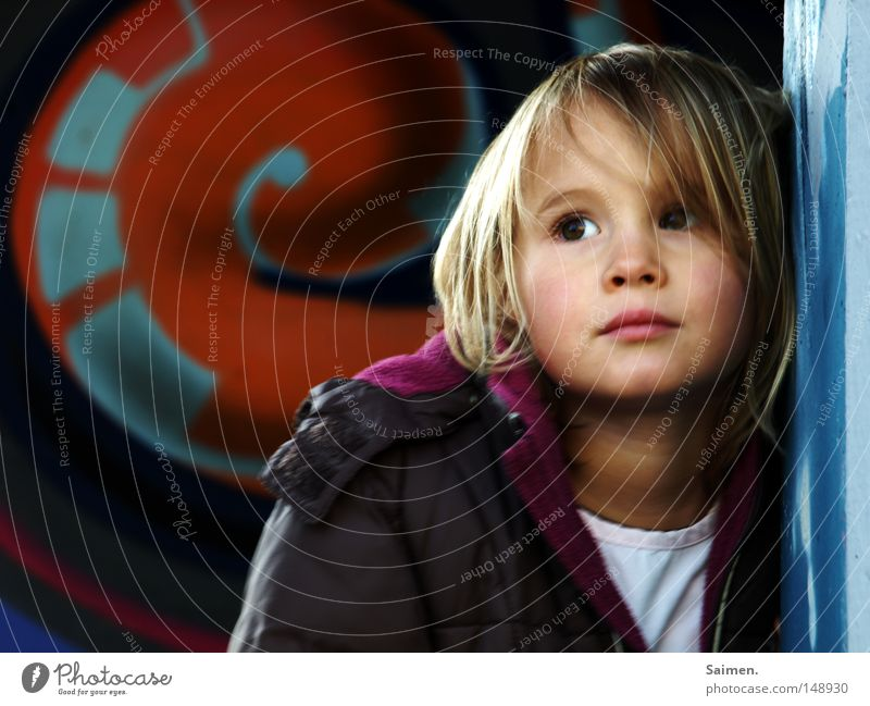 immer diese Fotografen schön Gesicht Kind Mädchen Jacke Graffiti Denken Traurigkeit trist Langeweile anlehnen Wand Anorak Haarsträhne genervt Körperhaltung