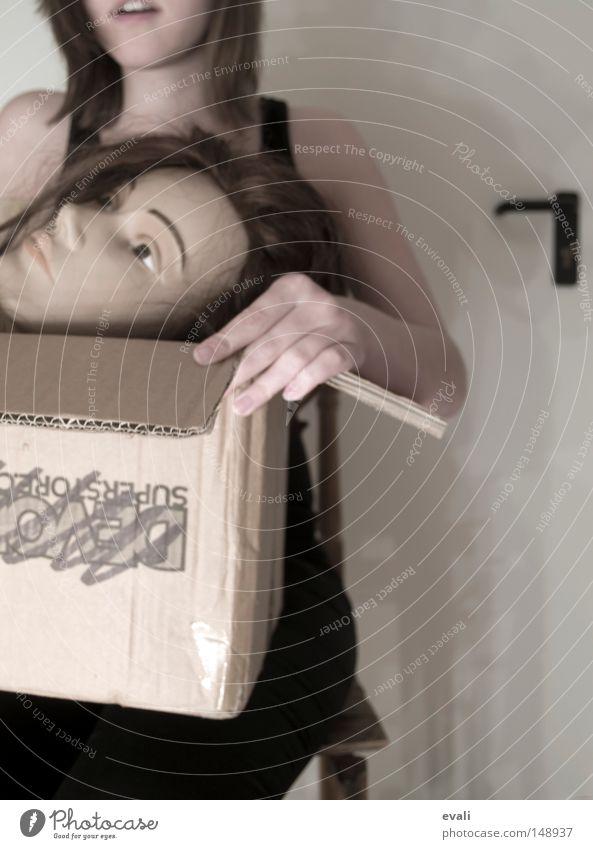 May I introduce Viola to you? Frau Hand Kopf Arme Lautsprecher Puppe Griff Schachtel erstaunt Verpackung aufmachen