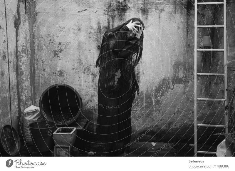 despair Halloween Mensch feminin Frau Erwachsene 1 Haare & Frisuren schwarzhaarig langhaarig gruselig Gefühle Stimmung Angst Entsetzen gefährlich Stress