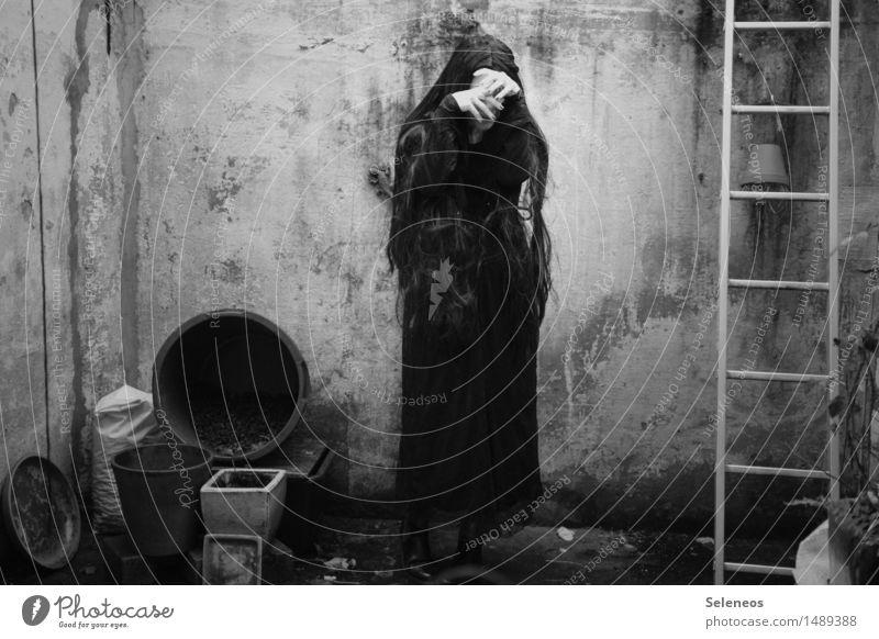 despair Mensch feminin 1 Bauwerk Gebäude Fassade Terrasse Kleid schwarzhaarig langhaarig Traurigkeit Gefühle Sorge Trauer Tod Enttäuschung Einsamkeit