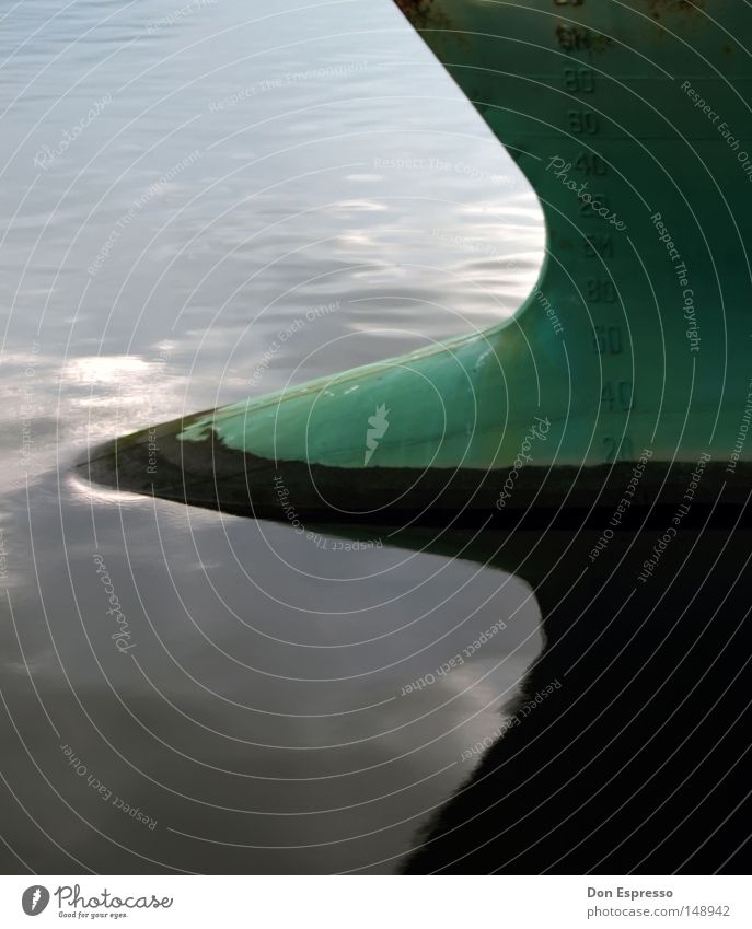 Hafendetail Wasser Reflexion & Spiegelung Wasserfahrzeug Schiffsbug Wellen Symmetrie Kontrast Heck Frachter Schifffahrt Ziffern und Zahlen