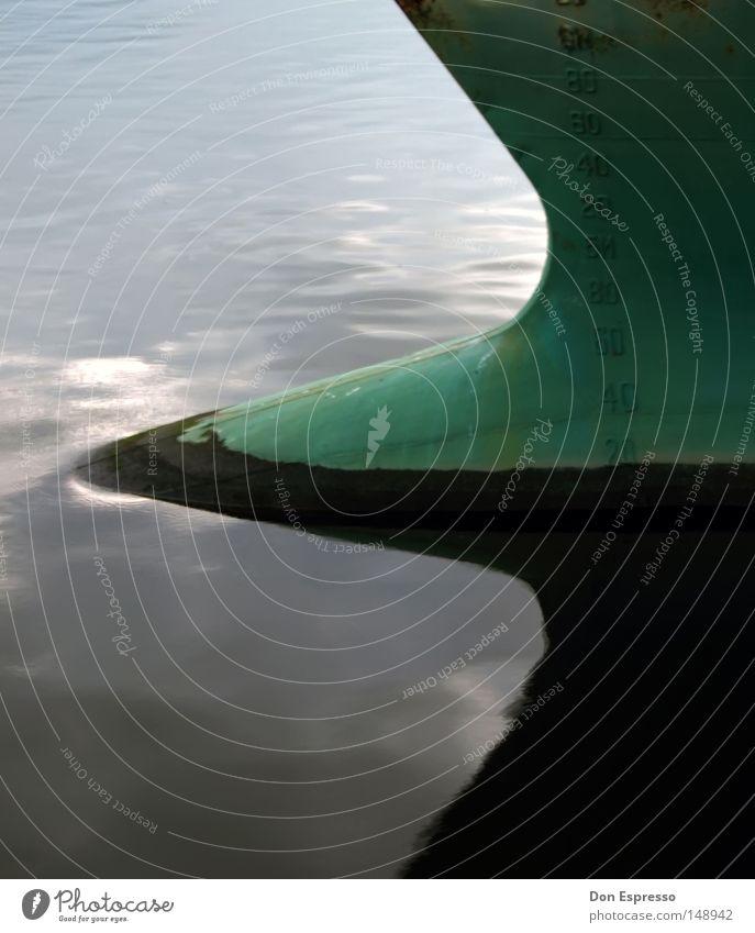 Hafendetail Wasser Wasserfahrzeug Wellen Spiegel Schifffahrt Symmetrie Schiffsbug Heck Frachter