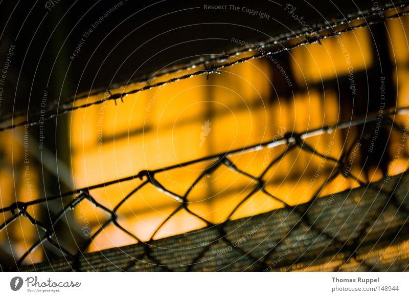 Zaun Einsamkeit dunkel Gebäude Beleuchtung orange groß hoch Industrie Macht Grenze eng Lagerhalle Halle Draht stachelig