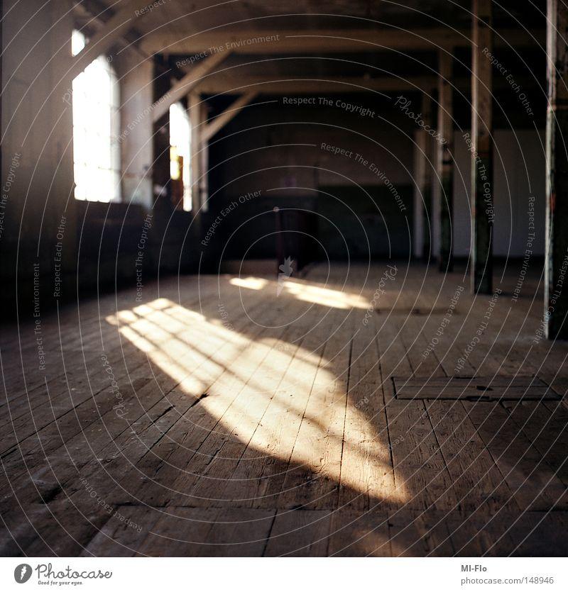 Baumwollspinerei Fabrik Sonne Licht Schatten Mittelformat Holzfußboden alt Industrie morbid zurückgelassen