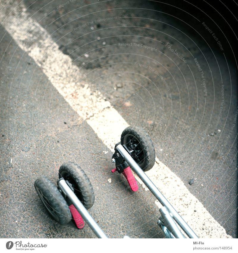 Liege Liège Kinderwagen Bürgersteig vergessen Linie weiß rosa Vertrauen Straße liegengelassen